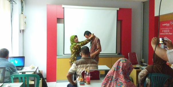 ibu nining kepala sekolah sdn bodang 1 memberikan reward kepada peserta terbaik dengan kalung GURARU