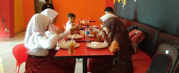 makan siang buat hadiah anak-anak yang sudah berusaha semaksimal mungkin