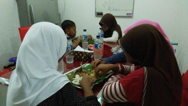 makan malam sederhana dan penuh kebersamaan